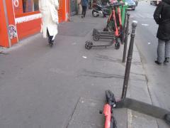 Trottinettes sur les trottoirs img_0476.jpg